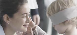 Barna blir bedt om � finne igjen sin egen mamma med bind for �ynene