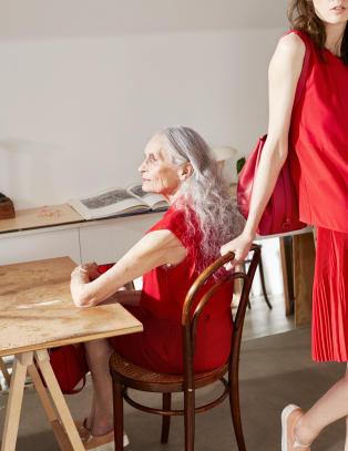 Daphne (86) tar nesten 12 000 kroner dagen for modelloppdrag