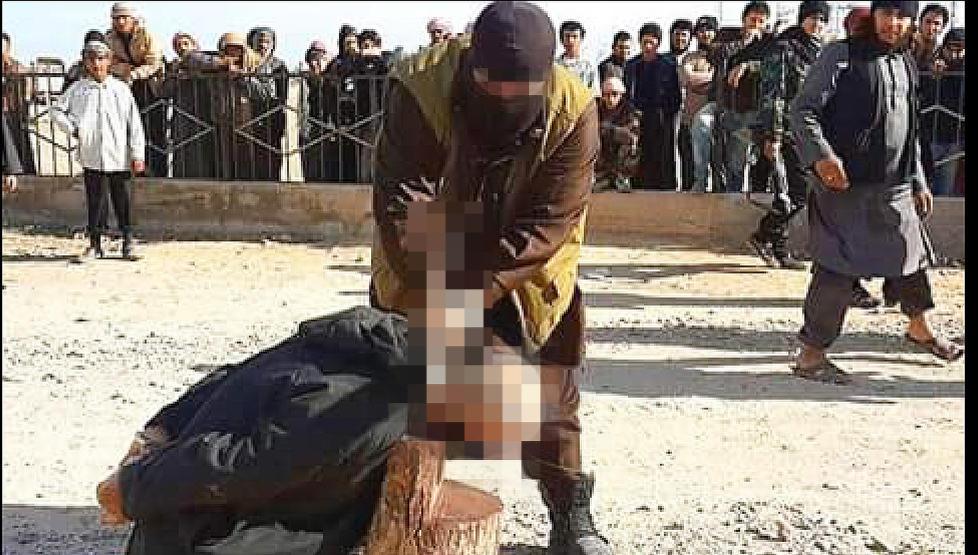 HENRETTER: Dagbladet f�r fra flere kilder i Syria opplyst at bildet, som tidligere i �r ble tatt utenfor byen Raqqa nord i Syria, viser at en norsk statsborger utf�rer en henrettelse. Mannen som henrettes er en tidligere shariadommer som var i ferd med � hoppe av fra Den islamske stat. Foto: Privat