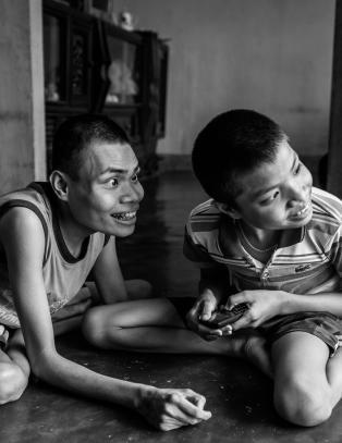 Br�drene Tri (16) og Hau (15) er blant de 500 000 som er f�dt med skader etter den kjemiske krigf�ringen i Vietnam