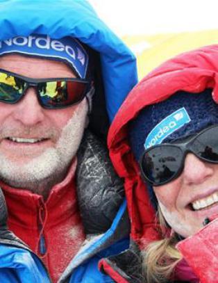 Dette ekteparet er i god behold og en norsk lege bidrar i hjelpearbeidet p� Everest