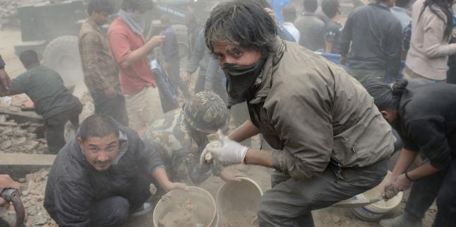 BBC: - Folk pr�ver � grave ut ofre fra ruinene med bare hendene