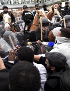 Demonstranter og politi barket sammen i Baltimore