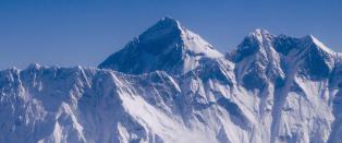 Hundre klatrere venter p� redning fra Mount Everest