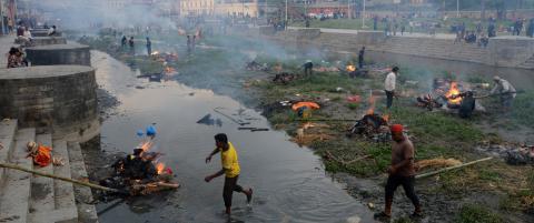 Brenner jordskjelvsofre i Nepals gater