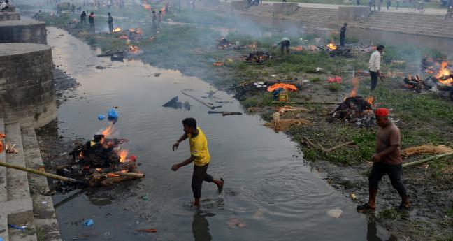 Brenner jordskjelv- ofre i Nepals gater