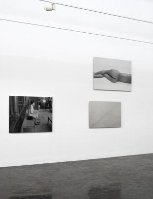Tom Sandbergs fotografier er seige som l�r, lukket i sin eksistensielle s�ken etter glimt av det uutsigelige i v�re liv