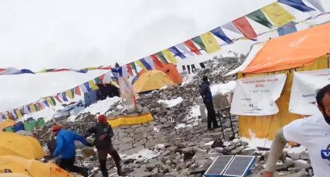 Her blir Jost tatt av d�dsskredet i Mount Everest