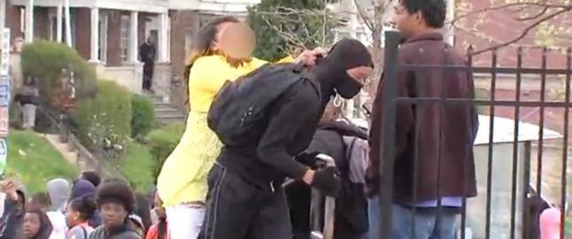 Ten�ringen kaster stein p� politiet n�r mora oppdager ham. S� g�r hun til angrep