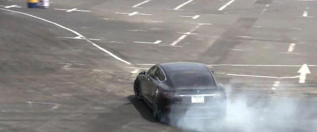 Sjekk hva en Tesla Model S kan gj�re med en proff bak rattet