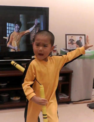 Se s� like! Japansk fem�ring sl�ss like bra som Bruce Lee