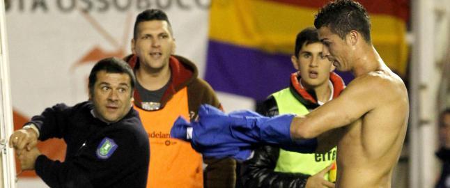 Kasper ikke alene om � bli skutt i senk: Sjekk stjernesmellene da Messi og Ronaldo dunket kula p� tribunen