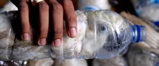 Fant levende kakaduer stappet inn i vannflasker