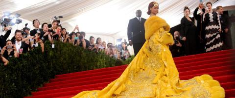 Rihannas gule kjole tok to �r � lage