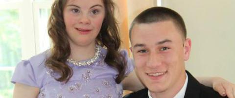 Som ni�ring lovet han jenta med Downs syndrom � g� p� ball. N� beveger deres vennskap en hel verden
