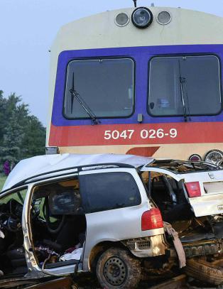 Fem omkom da tog traff bil i �sterrike