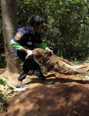Massegraver funnet langs rute for menneskesmugling