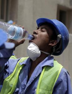 Nepalske VM-arbeidere f�r ikke reise hjem for � begrave sine d�de etter jordskjelv