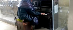 Forbipasserende lo da hjeml�se Alan (26) satte seg ved pianoet