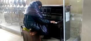 Forbipasserende lo da hjeml�se Alan (26) satte seg ved pianoet. S� begynte han � spille