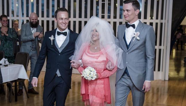 Her er Samantha Fox brude�pike i norsk bryllup