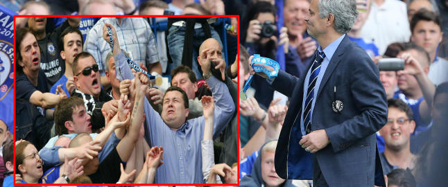 Mourinho skapte kaotiske tilstander sist han kastet medaljen til publikum - i g�r var valget gjennomtenkt