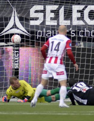 Troms�-seieren glapp da uheldig Heigre bokset ballen i eget nett