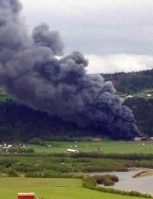 To menn kritisk skadd etter eksplosjonsartet brann i bilopphuggeri