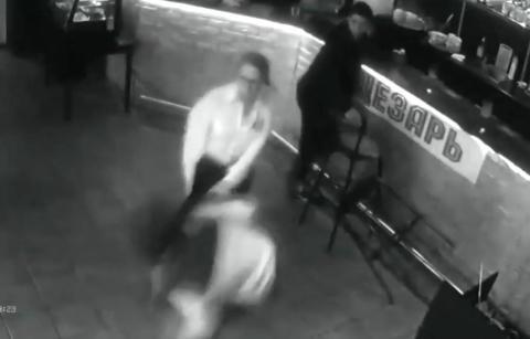 Gjesten stapper penger ned i blusen til servitrisen. Da f�r hun nok