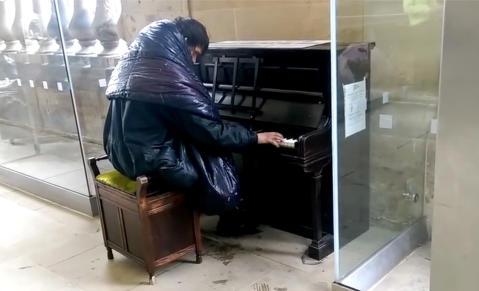 Forbipasserende lo da hjeml�se Alan (26) satte seg ved pianoet. S� begynner han � spille