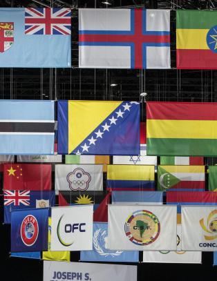Glem boikott! Den som vil forandre verden med fotballen, m� spille videre.
