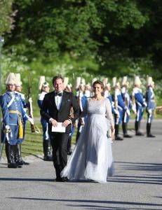 Kaos da h�ygravid Madeleine ankom sin brors f�r-bryllupsfest