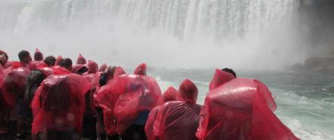 Det er ikke til � unng� � bli kliss v�t n�r verdens mest vannrike foss dundrer ned fra 52 meter over deg