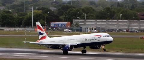 Blindpassasjer døde etter å ha falt fra fly over London. Skal ha klamret seg fast til flyet fra Sør-Afrika