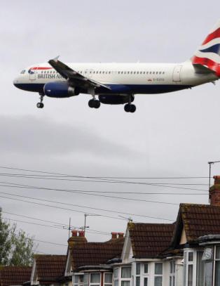 Blindpassasjer d�de etter � ha falt fra fly over London. Skal ha klamret seg fast til flyet fra S�r-Afrika
