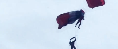 To fallskjermhoppere styrtet mot vannet etter krasj