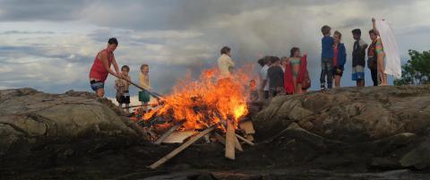Aksjonerte mot flere sankthansb�l: Fant bildekk og giftig materiale