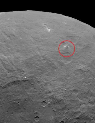 NASA har oppdaget et h�yt pyramidefjell p� dvergplaneten Ceres. Men de lyse flekkene forbl�ffer fortsatt forskerne