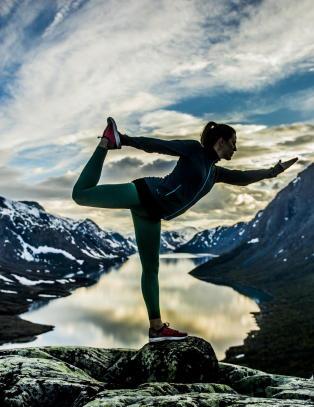 Reiser ut i naturen for � drive yoga og pilates