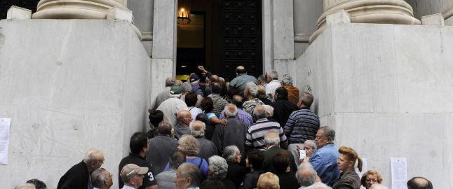 Rasende greske pensjonister til bankene: - Dra til helvete