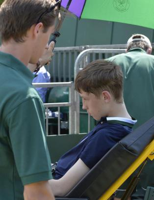 Ballgutt kollapset i varmen under Wimbledon