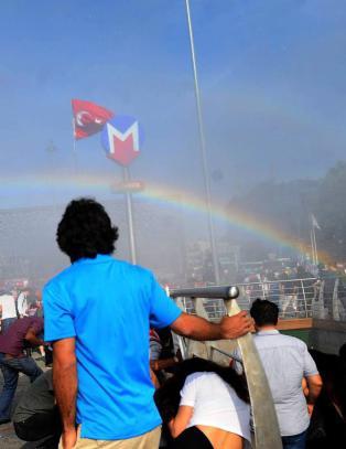 - Politiets vannkanoner mot Pride-markering skapte homosymbol