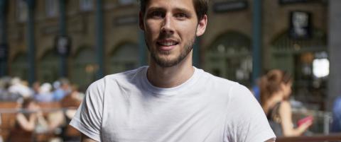 Thom (29) vil samle inn 14 milliarder kroner til Hellas