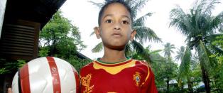 8 �r gamle Martinus overlevde alene i 19 dager etter tsunamien. N� har mirakelgutten f�tt kontrakt hos europeisk klubb