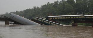 Minst 14 omkom i togulykke i Pakistan. Mistenker sabotasje