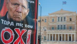 St�yende folkem�ter p� begge sider i Aten