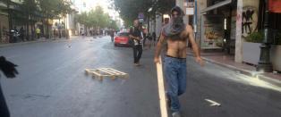 Her g�r demonstrantene l�s p� politiet i Aten