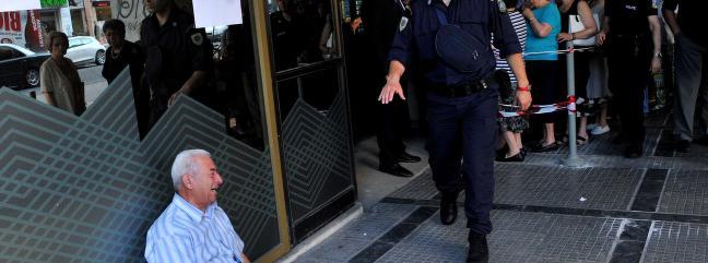 Bildet som viser grekernes frustrasjon. Pensjonister bryter sammen i t�rer