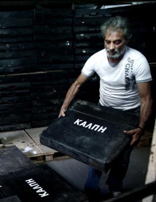�n million grekere bor utenfor Hellas. N� haster de hjem for � stemme over landets framtid