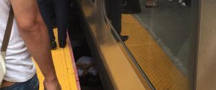 Kvinne falt mellom toget og perrongen